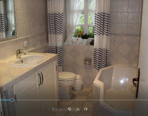 Badezimmer mit WC, Badewanne, Waschtisch, Waschmaschine und Eckspiegel