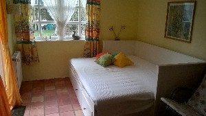 Das Bett im Gartenzimmer ist ausziehbar und auch für zwei Personen gut nutzbar.